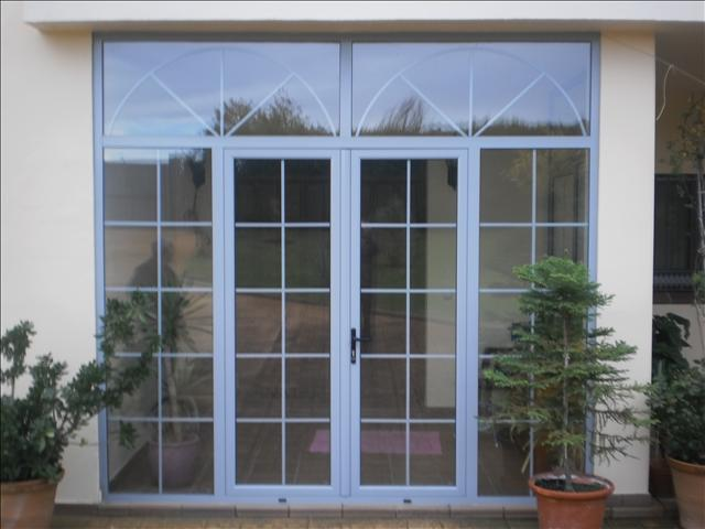 Aluminios garcilaso productos vidrio con barrotillos y for Puertas de entrada madera y cristal